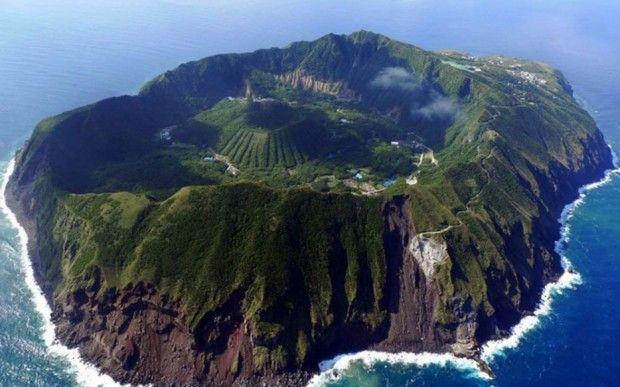 Aogashima, Japón  Ubicada a unas 200 millas de Tokyo, esta pequeña y hermosa isla volcánica cuenta con un volcán dentro del cráter del volcán, que fue la isla.