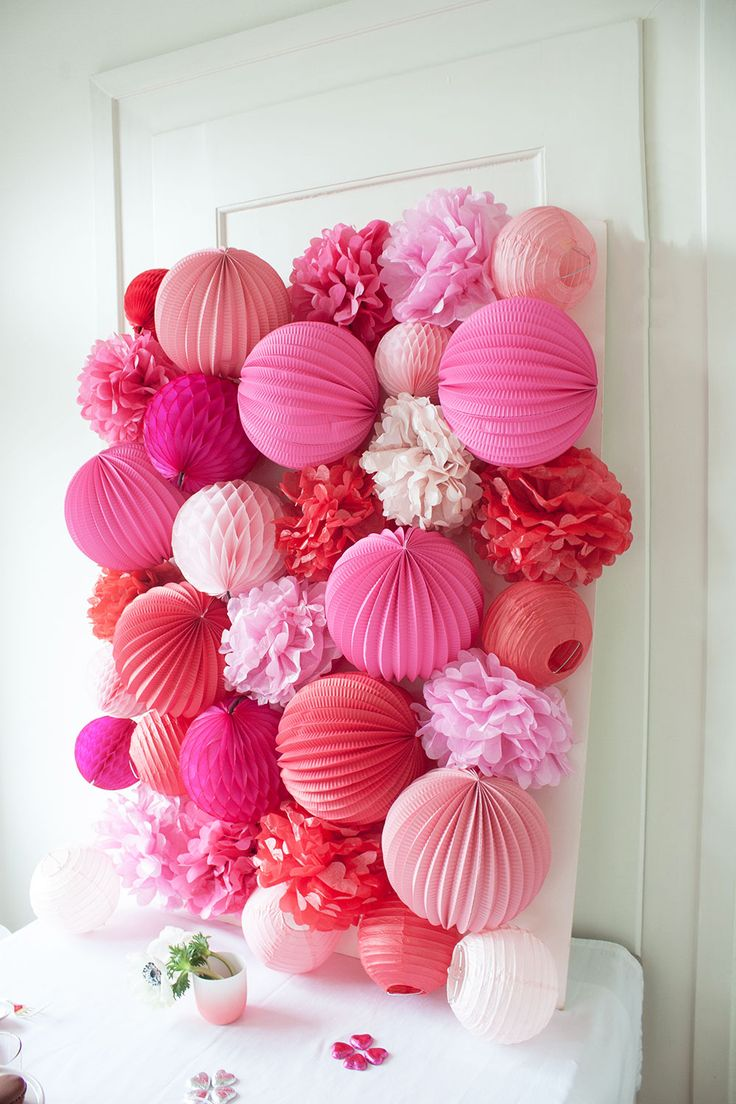 Tips and tricks for creating the ultimate party wall with paper pom-poms and paper lanterns! Jazz up your parties with this clever DIY!