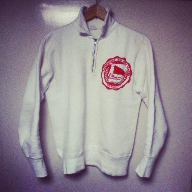 Vintage Sportswear Half Zip Sweat  古着屋さんで時折見かける「Sportswear」のタグがついた、ハーフジップのカレッジスウェット。 ハーフジップの使いやすさ、白ボディに朱色プリントの雰囲気などが気に入っています。  #sweat#shirt#sweatshirt#college#collegesweat#halfzip#zipupsweat#vintage#vintagesweat#madeinusa#usvintage#50s#スウェット#カレッジ#ジップアップスウェット#ハーフジップ#ヴィンテージ#ヴィンテージスウェット#ビンスエ#リブ長#古着
