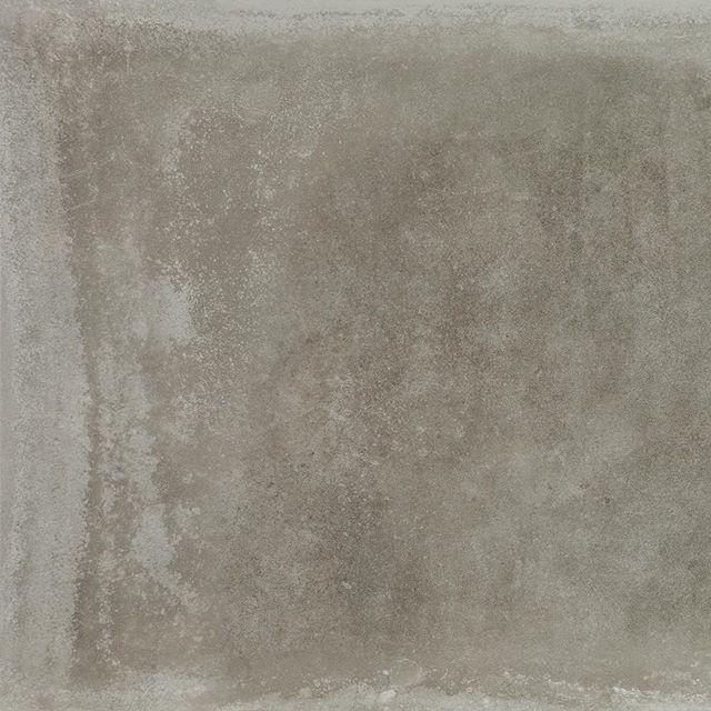 Close no porcelanato Loft Ele foi inspirado no cimento rústico desgastado pelo tempo. É super indicado para ambientes residenciais e comerciais com e sem acesso para rua, como banheiros, salas, quartos, cozinhas, garagens e varandas. Ah! Para áreas comerciais sem acesso para rua. Ufa! #elianerevestimentos #porcelanato #cimento #tiles #tile #ceramic #ceramica #loft