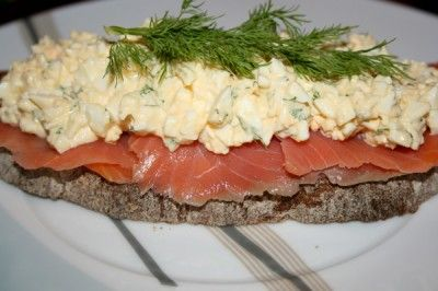 Бутерброд с яичным салатом и копченым лососем