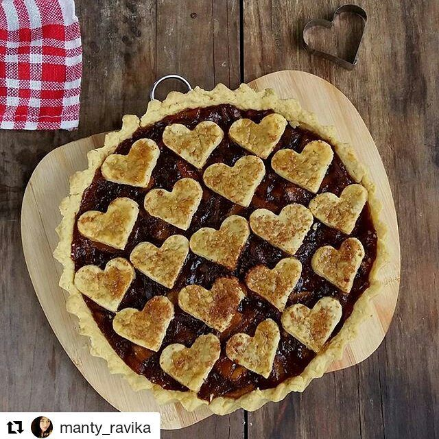 #Repost @manty_ravika with @repostapp  Cemilan buat teman malam minggu nya udh matang dr td  Appel Pie.. anak2 suka ama buah apel..dibuat keq gini nyamm..nyamm enakk dan laris maniss  ---- Apple Pie  Crust pie (kulit) : 250 gr terigu segitiga 150 gr mentega / margarin 1 sdm gula bubuk 1 btr Telur ( kocok tuang ke adonan 1/2 aja1/2 lg sisihkan utk olesan ) 1/2 sdt garam  Bahan isian :  2 bh apel fuji ukuran sedang 30 gr gula putih 50 gula palem 1 sdt kayu manis bubuk 1 sdm air jeruk lemon 1…