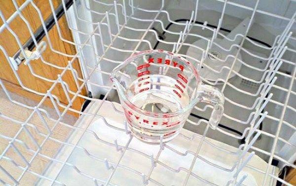 Время от времени и посудомоечная машина нуждается в очистке. Просто помести емкость, наполненную уксусом, на верхнюю полку пустой посудомоечной машины. Запусти обычный цикл, а после его окончания извлеки емкость с уксусом. Затем засыпь в отделение для моющего средства стакан соды и запусти новый цикл. Твоя помощница будет как новая!