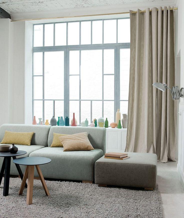 rideaux pour la salle de séjour en beige clair, canapé modulable gris clair et tapis gris clair