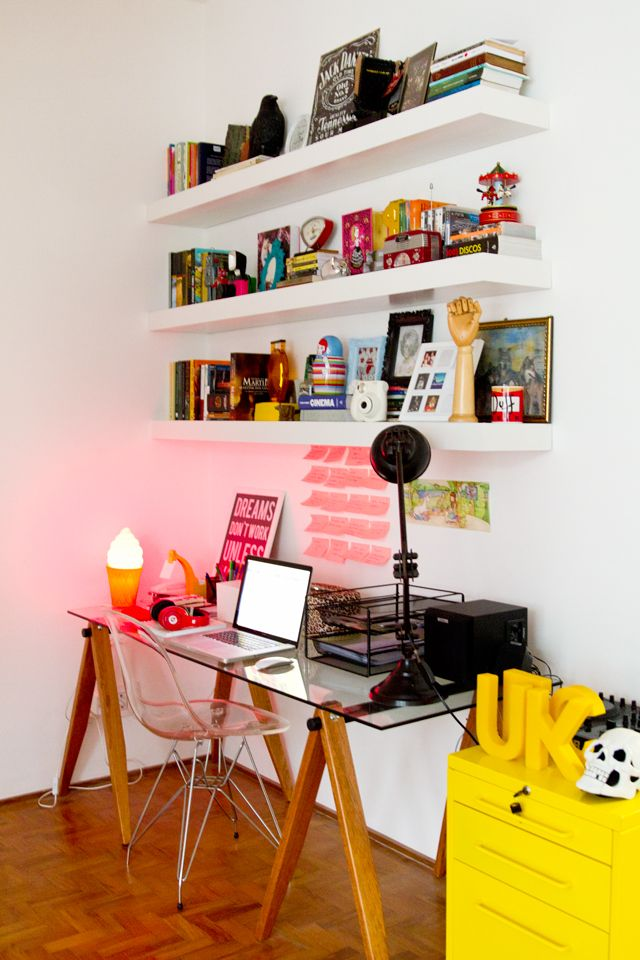 O canto de estudos conta com prateleiras grandes, uma mesa larga de cavaletes e…