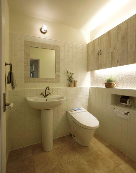 ペデスタルタイプの洗面化粧台とタンクレストイレの組み合わせ。フレンチシャビーな空間です。|タイル|インテリア|おしゃれ|ライト|トイレ|新築|創業以来、神奈川県(秦野・西湘・湘南・藤沢・平塚・茅ヶ崎・鎌倉・逗子地区)を中心に40年、注文住宅で2,000棟の信頼と実績を誇ります|