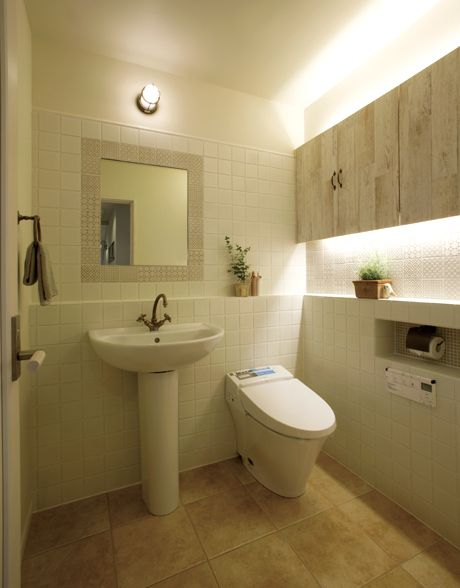 ペデスタルタイプの洗面化粧台とタンクレストイレの組み合わせ。フレンチシャビーな空間です。|タイル|インテリア