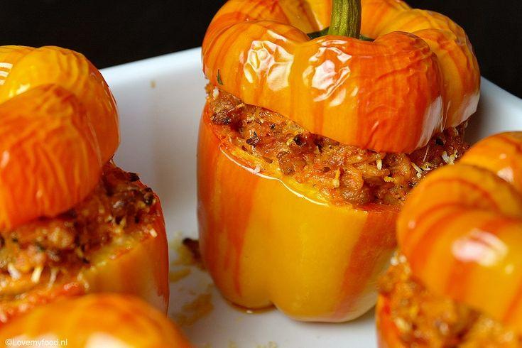 Toch wilde ik de paprika graag heel houden. Hij ziet er zo mooi uit dat het gewoon bijna zonde is er soep van te maken! Dus het is een gevulde paprika gewo