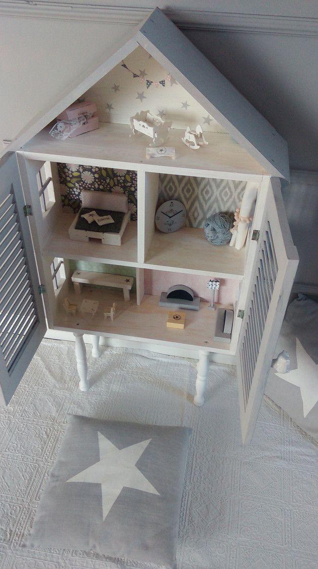 Domek dla Lalek wykonany z drewna. 5 uroczych pokoików (kuchnia, salon, dwie sypialnie oraz pokoik dziecięcy). Domek jest pomalowany bezpiecznymi farbami. Każdy z pokoików jest wytapetowany (przy...