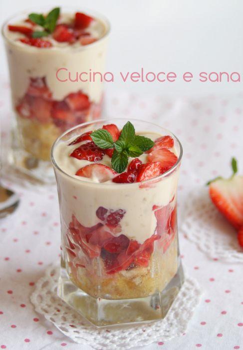 Coppa alle fragole e yogurt - INGREDIENTI: 300 g di fragole, 150 g di yogurt greco, 2 cucchiai di zucchero di canna, 1 pacchetto di pavesini, 2 cucchiai di limoncello (o altro liquore a piacere), il succo di 1/2 limone, 1 cucchiaio di zucchero semolato, foglie di mentuccia per decorare