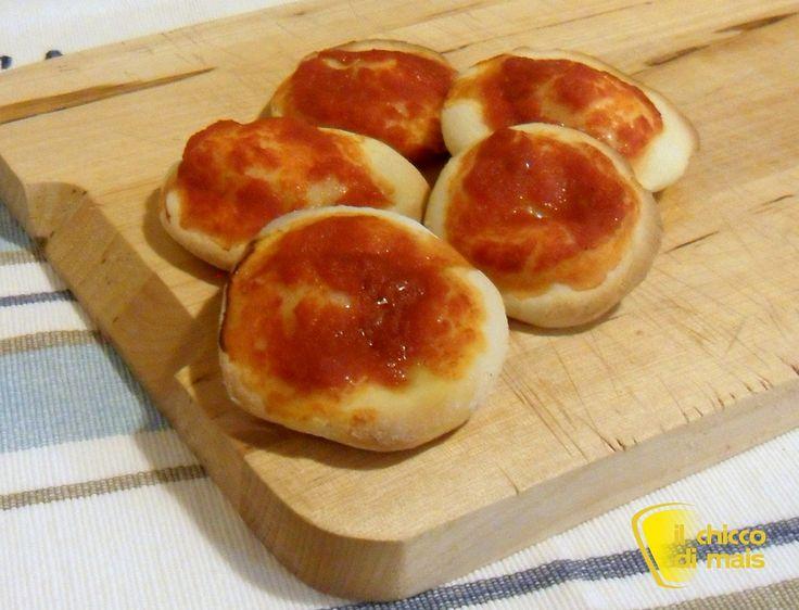 #Pizzette rosse #senzaglutine #ricetta spuntino il #chiccodimais #pizza #pomodoro #aperitivo #Italia #recipe #glutenfree little #pizza #tomato #Italy http://blog.giallozafferano.it/ilchiccodimais/pizzette-rosse-senza-glutine-ricetta-spuntino/