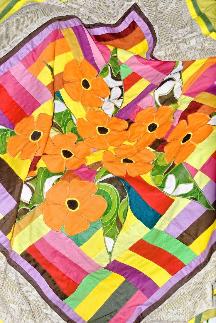Appliques de fleurs et patchwork entouré de dentelle sur drap moutarde