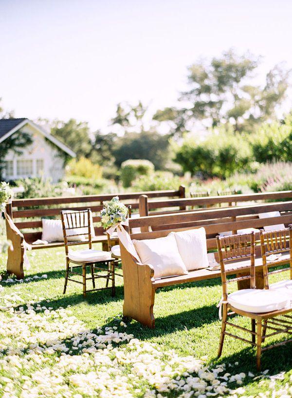 Mix de cadeiras e bancos na cerimônia ao ar livre | Gabi Chanas