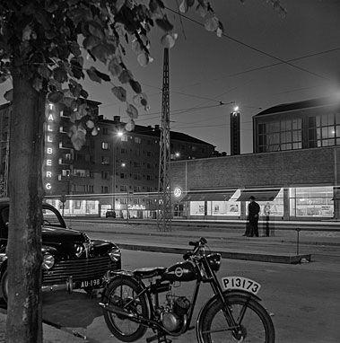 Rasvaletti-näyttelyn kuvista tulvii mieleen muistoja: maitokaupat ja nailonsukat, Brylcreem ja nahkatakit, olympialaiset ja Armi Kuusela, Kilta-astiat ja kodinkoneuutuudet, rock, rillumarei ja Monrepos.  Valokuvat herättävät henkiin 1950-luvun Helsingin, jossa sodan varjot väistyivät uuden ajan optimismin tieltä.