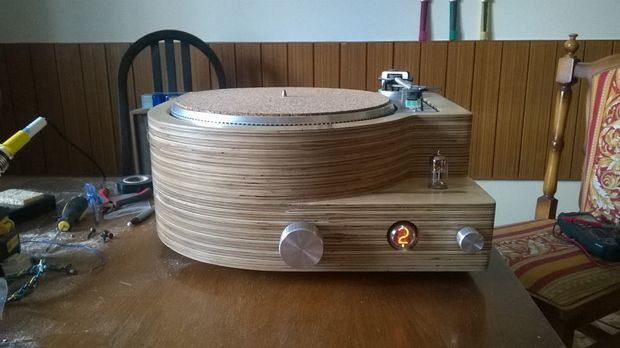 Picture of DIY turntable with amp preamp and buffer in wooden case