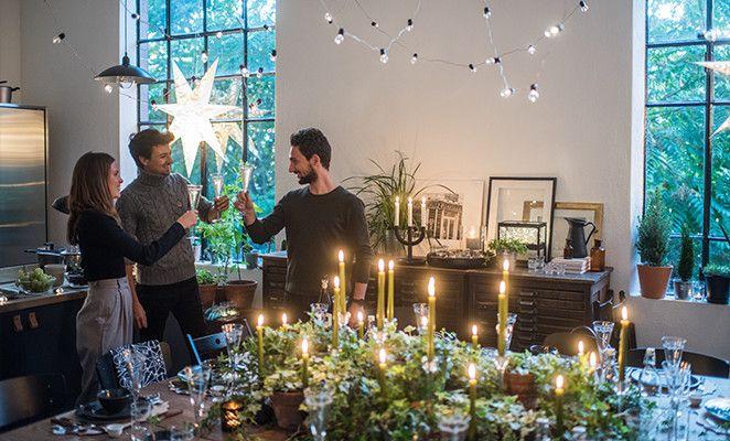 Ormai la festa sta per cominciare. I primi ospiti iniziano ad arrivare e con loro anche i primi brindisi per accogliere l'anno nuovo alle porte.