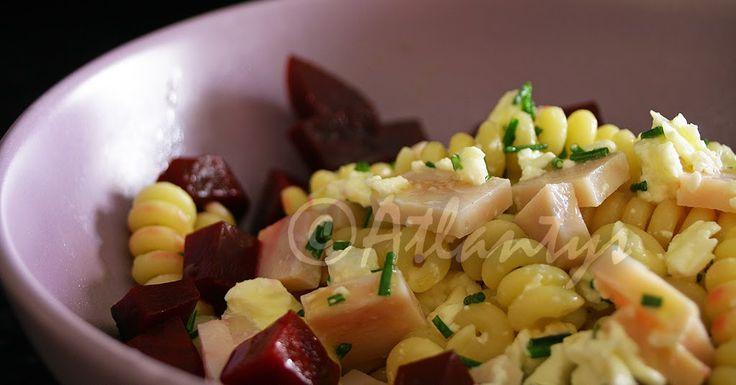 Ingredientes (1 salada)  60gr. de massa  50gr. de peito de peru fumado  50gr. de queijo feta  1/4 de beterraba cozida  Azeite qb.  V...