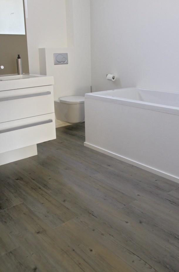 Badkamer | pvc vloer met houtlook in de badkamer.  pvc vloer met houtlook in de badkamer. Wil jij graag een houten vloer in je badkamer, maar niet de zorgen en het onderhoud van echt hout? PVC vloeren zijn waterbestendig en vormen hierdoor een goede keuze voor in de badkamer. Een groot voordeel van een pvc vloer ten opzicht van vloertegels is dat het materiaal veel warmer aanvoelt. Bovendien kan pvc goed in combinatie met vloerverwarming worden gelegd. Therdex Door angeliquewijdeveld