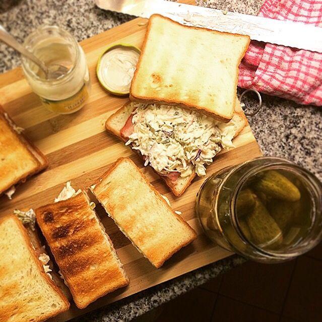 やっぱり美味しいな、これ。 昨夜からお客様いらしていて、今朝は5人分作りました キャベツ1玉ペロリ - 82件のもぐもぐ - 沼サン。 NUMASAN, Cheese, Bacon and Coleslaw sandwiches. by Yuka Nakata