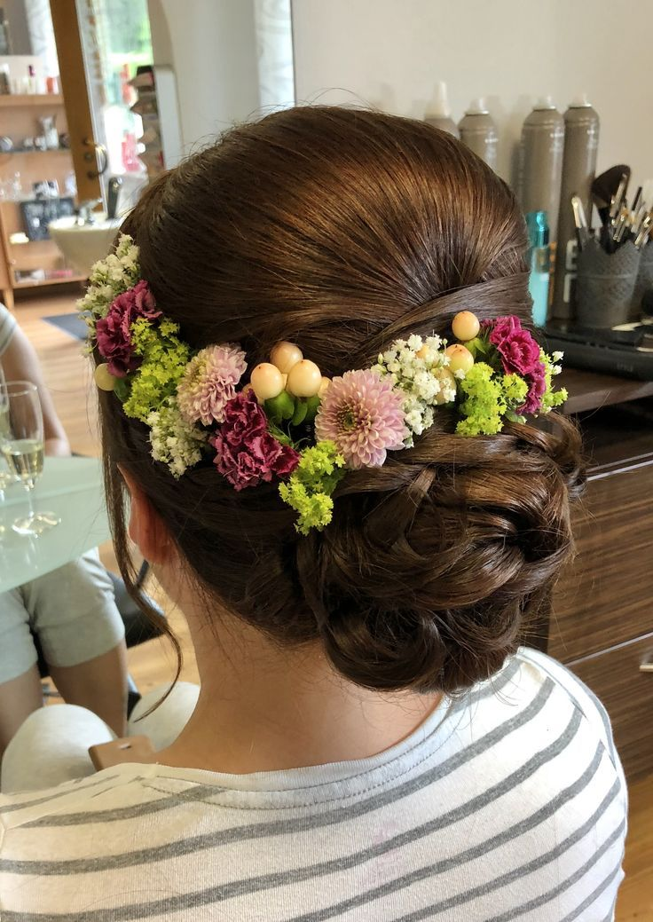 Echte Blumen - ein beliebtes Accessoire für die Frisur der Braut