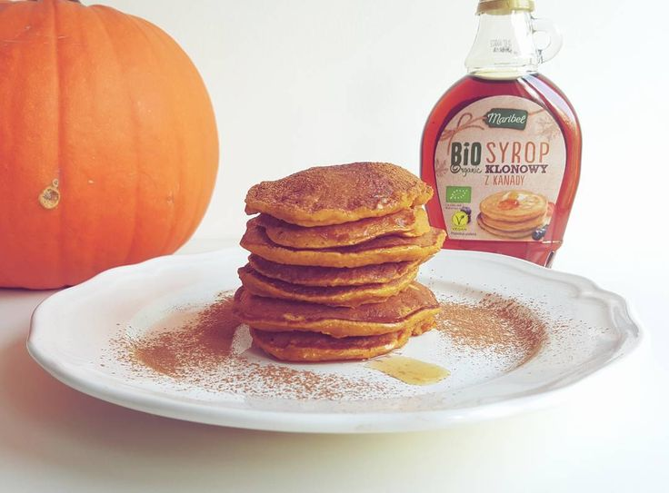 Pomys na śniadanie? Polecam dyniowe pancakes polane syropem klonowym. Przepis na agataberry.pl. #dynia #śniadanie #pancakes #placuszki #syropklonowy #mlekoryżowe #pankejki #lidlpolska