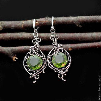 Серебряные серьги с загадочным зеленым камнем