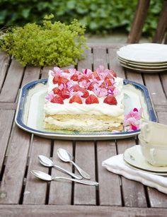 Jag har säkert tio olika varianter av denna tårta i min kokbokssamling, den går bland annat under namnen Pinocchiotårta, Glömmingetårta eller Rut-Aina. Just detta är en utveckling av ett recept jag fick av en väns mamma för många år sedan. Vankades det kalas hos henne stod marängtår