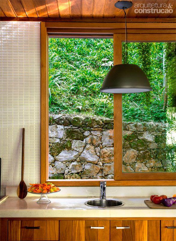 Casa de madeira entre um rio e a encosta da serra fluminense - Casa