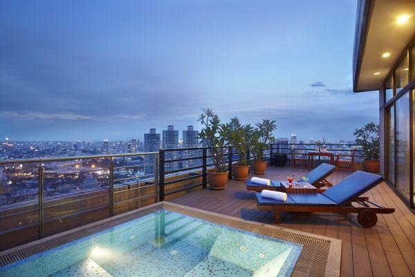 Luxus-Penthouse-Balkon-mit-Pool-Mosaikfliesen-Stadtblick
