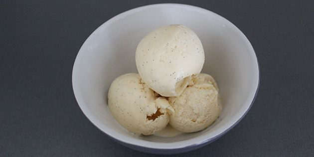 Suveræn vaniljeis fyldt med skønne små vaniljeprikker og med en lækker cremet konsistens.
