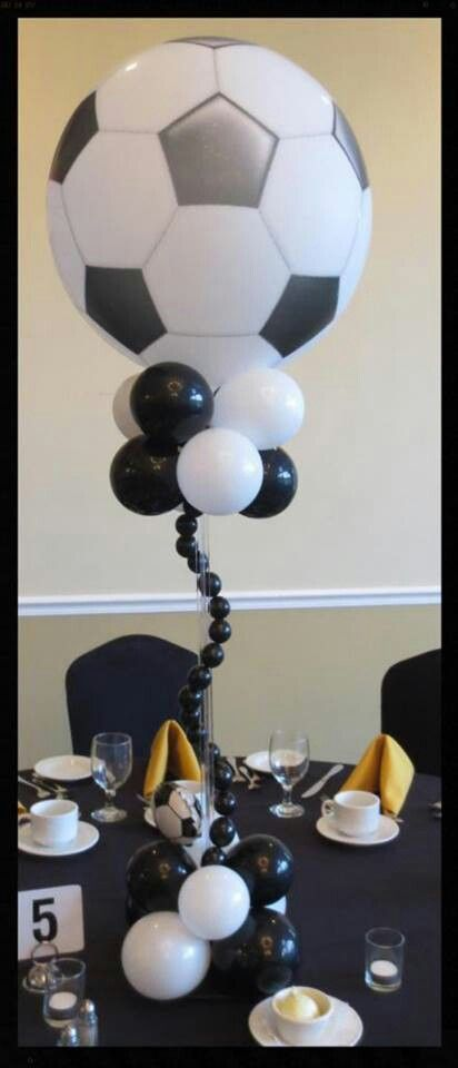 Ballon soccer centerpiece table decor #wedding # Globos centros de mesa pelota futbol #boda