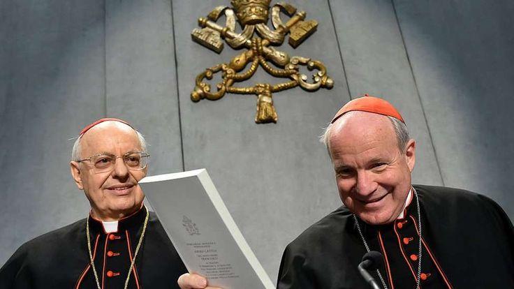 Cardenal Christoph Schonborn con una copia de la Amoris laetitia en la mano. - AFP / Getty Images