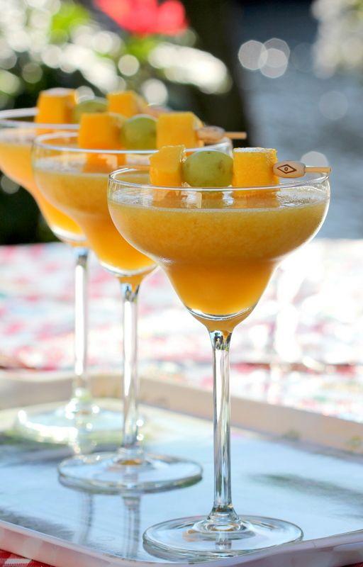 Heerlijke mangococktail! Ingrediënten: • 1 fles Prosecco of Canei Mango Frizzini (of een alcoholvrije fles bubbels) • 500 ml mango sorbetijs • mango • druiven Schil een mango en snijd er blokjes van. Rijg het fruit aan een prikker. Neem 500 ml Mango sorbetijs, doe dit in een kom. Voeg 1 fles Prosecco of Canei Mango Frizzini (of een alcoholvrije fles bubbels) toe en klop dit luchtig met een staafmixer of gebruik een blender. Hang de prikker met fruit op de rand van het glas. #cocktail