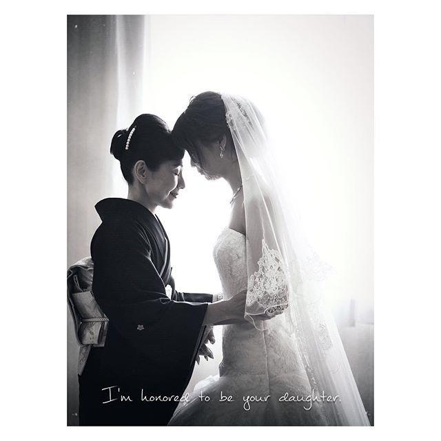 . #もえうぇでぃんぐ #結婚式レポ #結婚式写真 ✩ #ファミリーフォト ✩ 自分たちだけでなく母とも写真を残したくて、新郎新婦定番のおでこコツンショット を母とやりました(*´罒`*)♡ 母のこだわりのヘアや髪飾りもうつってていい感じ #結婚式 #プレ花嫁 #卒花嫁 #ウェディングレポ #写真指示書 #ウェディングフォト #weddingphotography #福岡花嫁