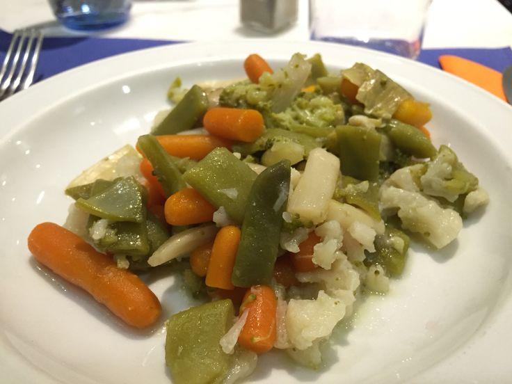 {Lunch Feb 19} vegetales hervidos antes de un salmón. Calentitos y sanos:) Salvándome de la comida del avión