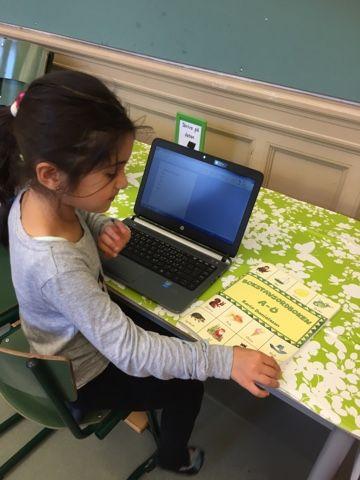 Eleverna har skrivit texter eller ordlistor på datorer med fokus på bokstaven O. Vi är alla imponerade över hur smidigt stationsystemet fung...
