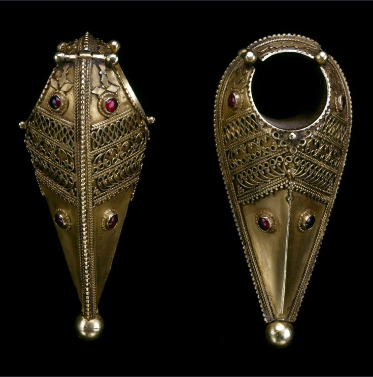 India | Earrings; gold with red stones | 19th century || {GPA}