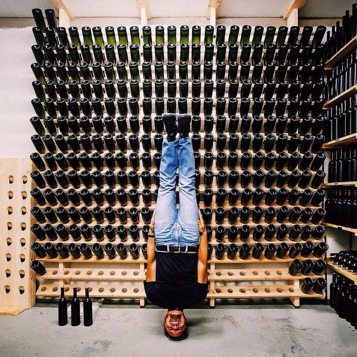 Веселье на винодельне! Было неожиданностью узнать что в Швеции есть небольшие винодельни где выращивают виноград делают вино и поставляют в местные ресторанчики. Funny time at the winery! It was a surprise in Sweden there is a small winery! #visitsweden #headstand #sweden #швеция #сконе #skåne #winery #wine #bottles #smile by stolbyshkin