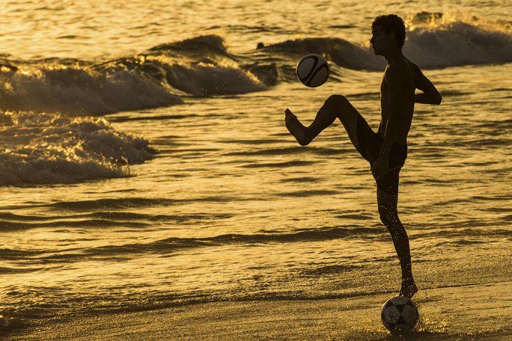 Un bărbat joacă fotbal în lumina apusului, la Ipanema Beach, în Rio de Janeiro, Brazilia, la 9 ianuarie 2014. (  Yasuyoshi Chiba / AFP  ) - See more at: http://zoom.mediafax.ro/sport/regele-fotbal-12745695#sthash.Inxwqwwg.dpuf