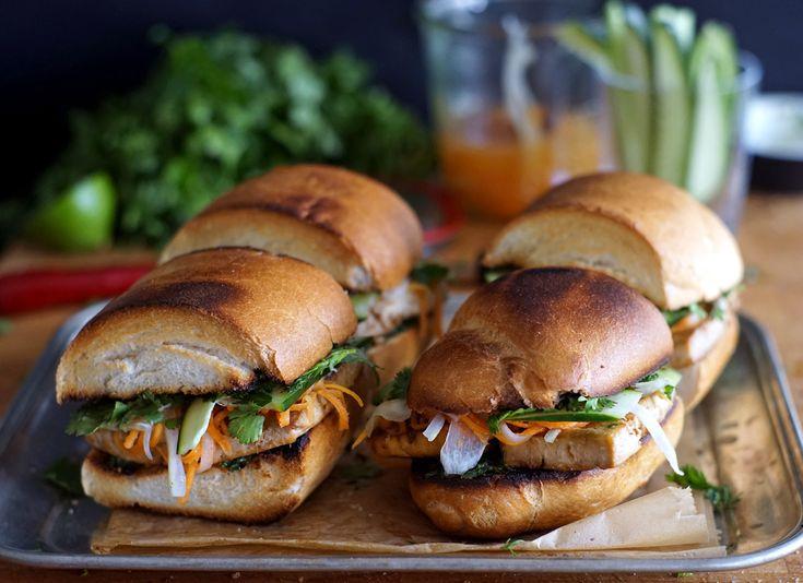 Bánh mì s pečeným tofu, koriandrem a nakládanou zeleninou   Veganotic
