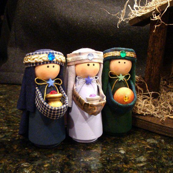 Lejos en un pesebre...    Nuestro sistema de la Natividad de 11 piezas incluye todo en la foto: María con niño Jesús, José, 3 Reyes Magos, 2 pastores, 2 ovejas, camello y estable con un ángel para velar por todo el mundo.    Todas las personas y animales comenzaron como turnings de madera que fueron pintados a mano por nosotros. Luego agregamos la tela (algodón, franela de algodón y lana) y los ajustes para hacer a las personas y los animales que ves en las fotos. Las personas son 3,5…