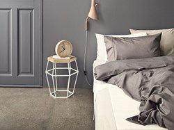 Bamboo sängkläder är tillverkade av en blandning av bomull och bambu. När man väljer ett material som bambu, gör man även ett miljömedvetet val. Bambu är dessutom otroligt mjukt – så lent att det känns som silke. Det har även samma egenskap som silke, vilket innebär att det håller värmen när det är kallt och verkar svalkande när det är varmt. Bambu är dessutom antibakteriellt vilket gör att det passar perfekt som sängkläder.