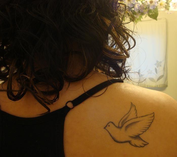 Cuando se trata de representar la paz, la armonía y el amor, ningún símbolo es tan claro y tan fácil de reconocer como una paloma blanca. Si estás pensando en tatuarte una paloma pero aún no conoces los diferentes aspectos de su significado o no sabes qué diseño escoger, aquí encontrarás absolutamente to