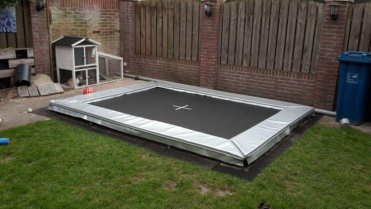 Een trampoline met een grijze rand. Rond of zoals in dit geval rechthoekig. Het kan! Ook op uw bestaande trapoline