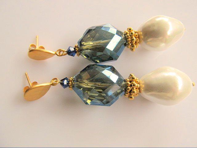 Oorbellen Hammered Glass Pearl mooie ivoortint shellparel druppel met kristalglas in mooie groen-blauwe tint en gehamerde oorsteker. geheel goud op zilver.