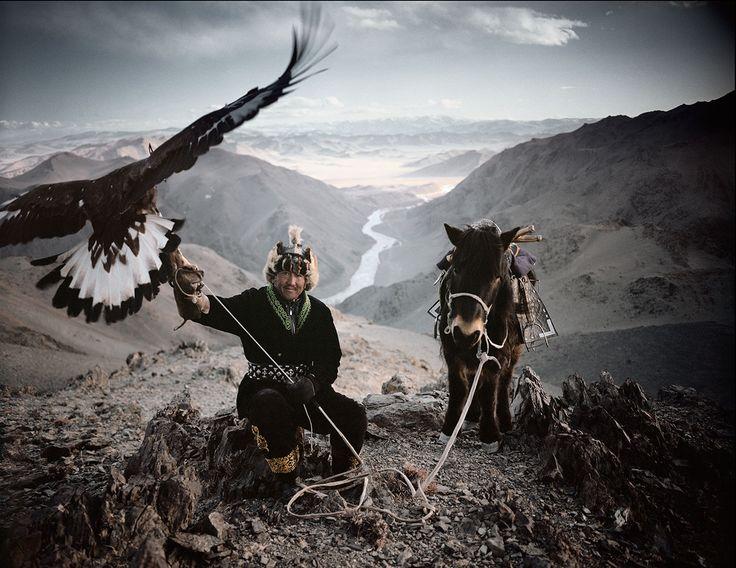 イギリスの写真家Jimmy Nelson氏が、2009年からスタートさせたプロジェクト『BEFORE THEY PASS AWAY』。 地球を一周し、世界各地に存在する少数民族を訪ね、その姿を写真に収めたものです。 ありのままにヒトとして生きているその様を見ていると、その美しさにため息が出てしまうほど。 Goroka Kazakh Himba Huli Asaro