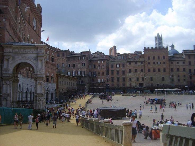 Palazzo publico şu anda müze olarak kullanılıyor. Campo meydanı öyle bir yerki her sene 2 kere geleneksel ortaçagdan kalma kostümlerle at yarışları yapılıyor... Daha fazla bilgi fotoğraf için; http://www.geziyorum.net/siena/