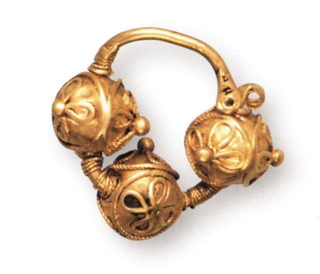 Golden temple trehbusinnye ring, decorated with beading and filigree. Hillfort Knyazhev mountain, the former province of Kiev. XII. GIM.