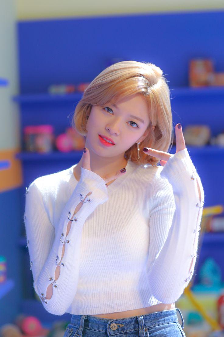 171208 Naver Starcast - Heart Shaker MV Behind