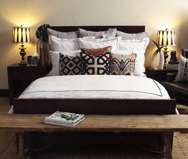 white bed spread and color pop pillows: Bedrooms Rugs, Color Combos, Accent Pillows, Boys Rooms, Black White, Master Bedrooms, Bedrooms Idea, Applique Pillows, Pillows Pairings